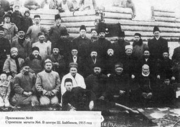 Снимок сделан во время праздничного субботника после постройки первого этажа мечети. Шаймухамет лежит на переднем плане.