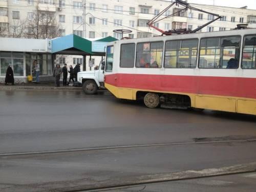 с рельс сошел трамвай